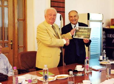 Prof. H.C. dr. ing. Cicerone Rotaru primind diploma de Membru de Onoare al Societăţii Progresul Silvic de la ing. Gh. Gavrilescu, preşedintele Societăţii